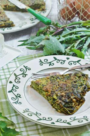 herbs wild: Frittata con hierbas silvestres y queso parmesano. Cocina italiana.