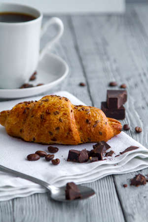 delicious croissant with a Cup of coffee on a wooden grey table Banque d'images