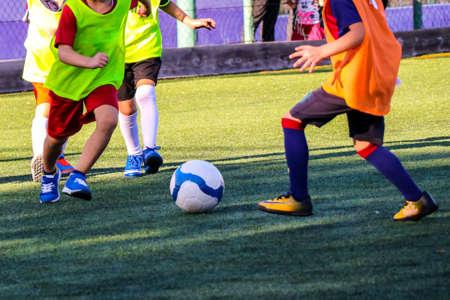 Kinderen spelen op het veldvoetbal