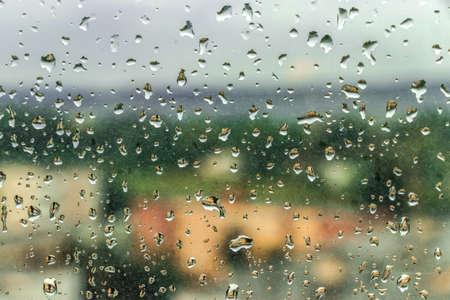 Stof en regen op de achtergrond van het venster