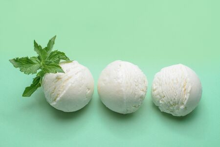Balls of fresh ice cream with a sprig of mint. Banque d'images - 131731326