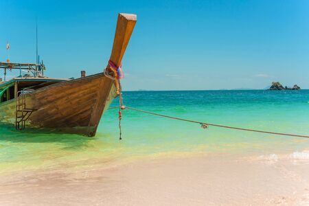 Traditional Thai longtail boat moored on a beautiful exotic beach. Archivio Fotografico - 137897187