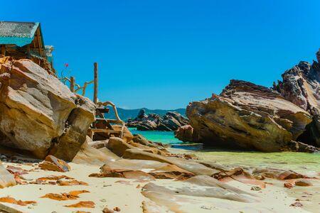 Scenic cliffs on a sandy tropical Thai beach. Banque d'images - 140261210
