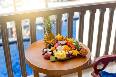 Juicy ripe tropical Thai fruits on a wooden dish. Banque d'images - 140262479
