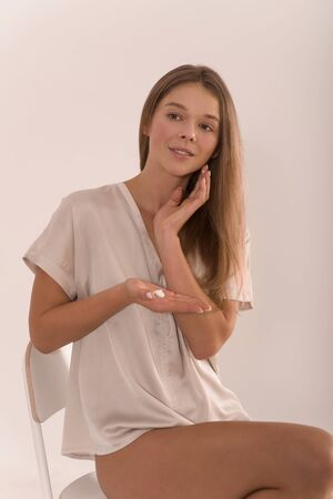 Portrait of a young beautiful woman with a drop of cream on her palm. Banque d'images - 140890380