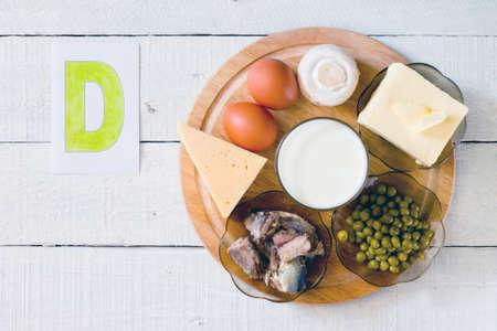 gamme de produit: Les aliments contenant de la vitamine D: fromage, oeufs, champignons, lait, beurre, petits pois en conserve dans l'huile Banque d'images