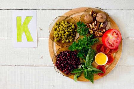 Produkte, die Kalium: Erbsen, Nüsse, Bohnen, Petersilie, Basilikum, Eigelb, getrocknete Aprikosen, Tomaten