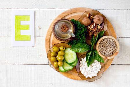 Voedingsmiddelen met vitamine E: walnoten, zonnebloempitten, zonnebloemolie, kruiden, pompoenpitten, olijven, komkommers Stockfoto