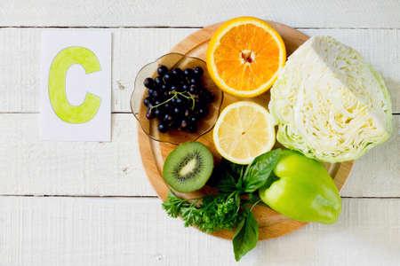 vitamina a: Los productos que contienen vitamina C: naranjas, kiwi, lim�n, grosella negro, chile dulce, repollo, perejil, albahaca Foto de archivo