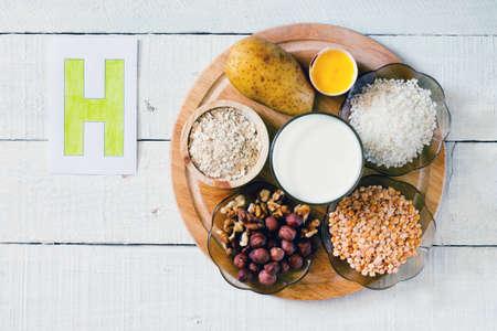 witaminy: Pokarmy zawierające witaminę H: ziemniaki, żółtka jaj, ryż, groch, orzechy laskowe, orzechy włoskie, mleko, płatki owsiane