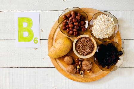 Lebensmittel, die Vitamin B 6: Haselnüsse, Kartoffeln, Haferflocken, Rosinen, Buchweizen, Walnüsse Lizenzfreie Bilder