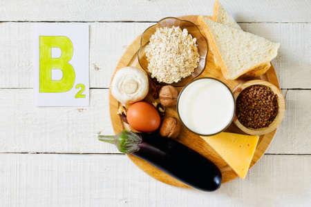 Lebensmittel, die Vitamin B 2 enthalten: Pilze, Nüsse, Milch, Buchweizen Grup, Haferflocken, Brot, Käse, Eier, Auberginen, Lizenzfreie Bilder