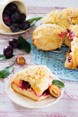 levadura: Pie with plums from yeast dough, with cheese filling