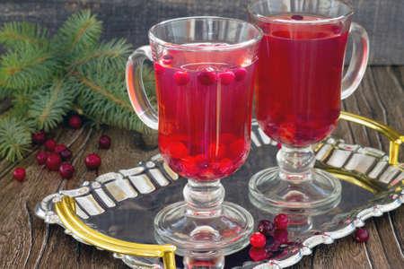 coctel de frutas: frutos de arándano rojo beber dos vasos en una bandeja. Foto de archivo