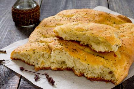 italienisches essen: Italienisch Focaccia-Brot mit Käse und Zwiebeln auf einem Holztisch Lizenzfreie Bilder