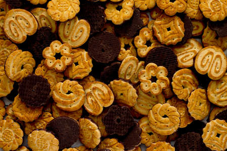 chocolate cookie: Galletas con glaseado de chocolate sobre la mesa, vista desde arriba.
