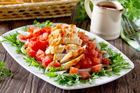 berros: Salad of grilled chicken with leafy vegetables, watercress salad, tomatoes, onions and tomato sauce.