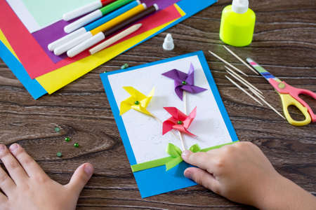 Greeting card handmade birthday, flowers and branches. Child to stick ribbon bow. Instructions for the production. Children's art project, a craft for children. Stockfoto