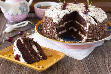 Geburtstagskuchen Schwarzwald, Schwarzwald Kuchen, dunkle Schokolade und Kirsche Dessert auf einem hölzernen Hintergrund. Kopieren Sie Raum.