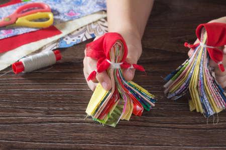 talismán: muñeca talismán eslava. Ruso tradicional hecha a mano muñeca de trapo. Vista superior, espacio de la copia. artes de costura.