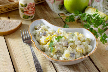 produits alimentaires: Salad with herring, eggs, apples and potatoes. Snack on a festive table.