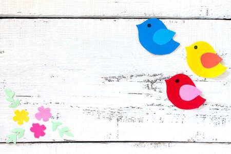 Fondo De Primavera. Dos Pájaros Y Una Pajarera. Artesanía Para Niños ...
