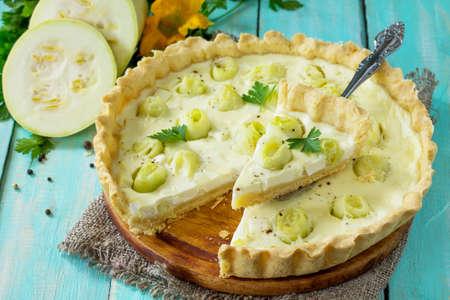 호박, 달걀 쏟아져와 부엌 나무 테이블에 치즈 죽은 태아의 치즈와 함께 클래식 파이브 로레인 파이. 스톡 콘텐츠