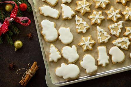 크리스마스 베이킹입니다. 크리스마스 진저 쿠키에 금속 굽기, 별, 나무, 향신료 (계 피, 정 향과 아니 스). 평면 누워, 상위 뷰입니다. 스톡 콘텐츠