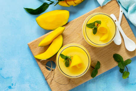 Homemade dessert panna cotta with mango jelly. Copy space, top view flat lay background. Traditional italian dessert. Stockfoto