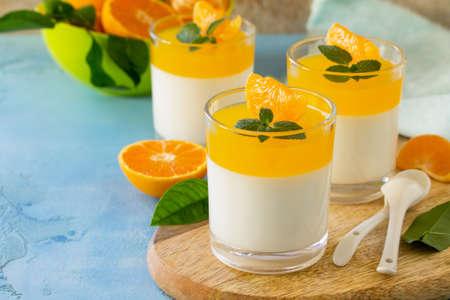 Panna cotta con gelatina di mandarini e menta, dolce italiano, cucina casalinga. Copia spazio.