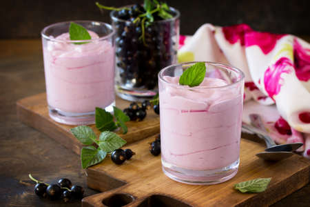 Homemade  black currant mousse on rustic wooden table. Delicious summer dessert. Imagens - 121761654