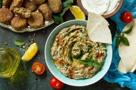 Homemade delicious and healthy protein vegan, vegetarian food, Ramadan food. Hummus with mung and tahini. Top view flat lay. Stockfoto