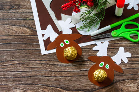 Funny snack with candy Christmas deer. Handmade. Children's creativity project, crafts, crafts for kids. Stockfoto