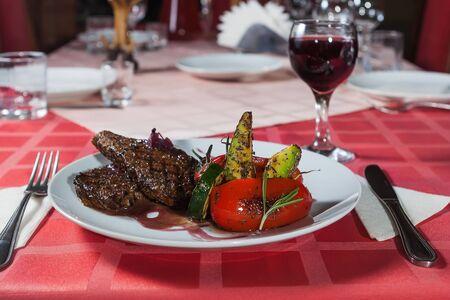 carnes y verduras: Carnes a la brasa y verduras a la parrilla para la cena