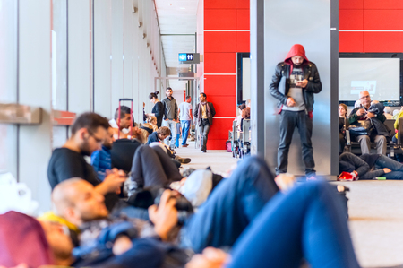 gente durmiendo: ISTANBUL, Turkey - November 10, 2015: A crowd of people at the Turkish airport. Waiting for the flight, people are sleeping Editorial
