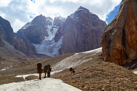 group of mountaineers climbs to top of now-capped mountain, Fann, Pamir Alay, Tajikistan Banque d'images