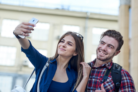Happy couple of tourists taking selfie in showplace of city. Banque d'images - 125340071