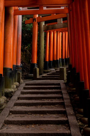 a lot of Orange gates in the temple city of Kyoto, april 免版税图像