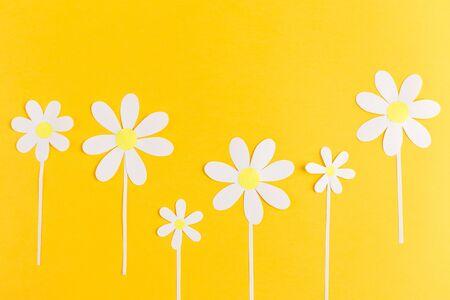 bouquet of paper daisy on a yellow background, handmade, nobody 版權商用圖片