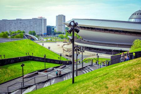 Katowice / Polska- 2 maja 2018: widok Spodka - zieleń trawników i symetryczne schody Międzynarodowej Sali Kongresowej