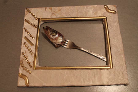 hoofd van zeevis prik op vork lag in wit frame Stockfoto