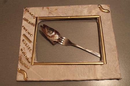 Kopf der marine Fisch Stachel auf Gabel lag in weißen Rahmen Standard-Bild - 73530591