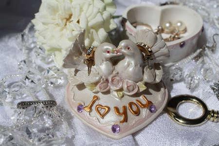 두 키스 비둘기의 인물 마음의 모양 상자의 위에 행복 한 결혼의 상징