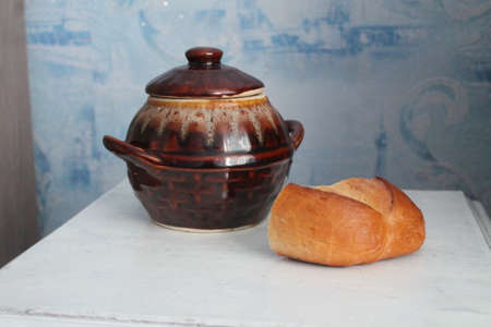 clay pot with honey and bread Standard-Bild