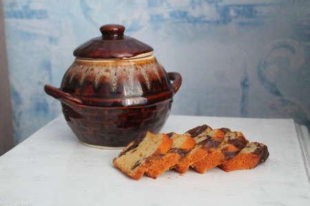 pot with honey and cake Standard-Bild