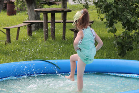girl play in the swimming pool Imagens