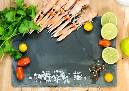 Langoustines, lemon lime, salt coarse, several kinds of spices and fresh coriander located around the plateau 版權商用圖片