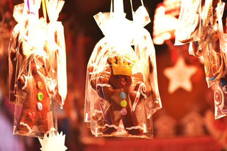 Gingerbread Men at the Christmas Market. A gift for a Christmas holiday. 版權商用圖片