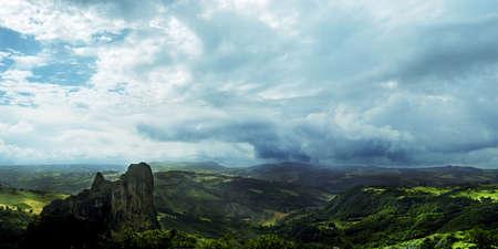 Rocca Malatina, Italia: Paesaggio magico sulla montagna verde e il cielo suggestivo