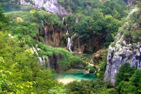 Plitvice paesaggio cascata con lago in Croazia